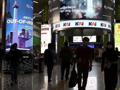 Suasana ruang tunggu calon penumpang Kereta Api Jarak Jauh di Stasiun Gambir, Jakarta, Rabu (16/12/2020). Selama masa Natal dan Tahun Baru 2020/2021 (18 Desember 2020 - 6 Januari 2021), PT KAI Daop 1 Jakarta akan mengoperasikan 47 KA jarak jauh setiap harinya. (Liputan6.com/Helmi Fithriansyah)