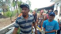 Evakuasi jasad pria yang bunuh diri dengan cara gantung diri di atas pohon Waru, Kampung Bambu Amin, Desa Jatiwangi, Kecamatan Jarisari, Karawang, Sabtu (23/11/2019). (Liputan6.com/Abramena)