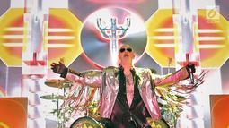 """Vokalis Judas Priest, Rob Halford saat tampil dalam konser perdana di Allianz Eco Park Ancol, Jakarta Utara, Jumat (7/12). Konser bertajuk """"Firepower Tour"""" ini, Judas Priest membuka penampilan dengan lagu """"Firepower"""". (Fimela.com/Bambang E. Ros)"""