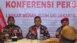 Ketua Markas Daerah Laskar Merah Putih (LMP) DKI Jakarta Agus Salim bersama anggota ormas Laskar Merah Putih DKI Jakarta Kurdi saat memberikan pernyataan sikap, di Jakarta, Senin (28/1). (Liputan6.com/Johan Tallo)