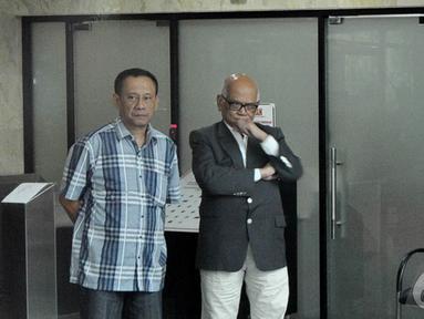 Mantan Menteri Koordinator Perekonomian, Dorodjatun Kuntjoro Jakti (kanan) diperiksa KPK, Jakarta, Jumat (12/12/2014). (Liputan6.com/Miftahul Hayat)