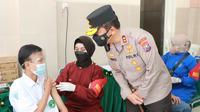 Kapolda Jatim Irjen Pol Nico Afinta meninjau vaksinasi di Sidoarjo. (Dian Kurniawan/Liputan6.com)