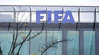 Logo FIFA dari markas besarnya di Zurich, Swiss. Foto diambil pada 20 Oktober 2010 jelang biding Piala Dunia 2018 dan 2022.AFP PHOTO/SEBASTIAN DERUNGS