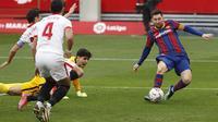 Pada menit ke-86, pasukan Ronald Koeman bisa menambah gol melalui sepakan kaki kanan Lionel Messi yang mengecoh barisan pertahanan Sevilla. (Foto: AP/Angel Fernandez)