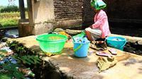 Sebagian warga Desa Kamarang, Kecamatan Greged, Kabupaten Cirebon terpaksa menggunakan air yang sudah berlumut untuk memenuhi kebutuhan rumah tangga mereka. (Liputan6.com/Panji Prayitno)
