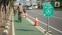 Pesepeda menikmati lajur sepeda di Jalan MH Thamrin, Jakarta, Selasa (30/6/2020). Untuk menyikapi maraknya penggunaan sepeda sebagai sarana transportasi oleh masyarakat, Kementerian Perhubungan menyiapkan regulasi untuk pesepeda, khususnya aspek keselamatan. (Liputan6.com/Immanuel Antonius)