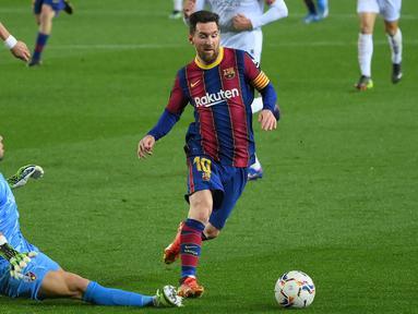 Messi menang dikenal punya dribel ajaib. Dia bisa melakukan gerakan-gerakan sulit dalam ruang sempit untuk melewati lawan. Tapi, dia bukanlah raja dribel yang sesungguhnya. (Foto: AFP/Lluis Gene)