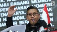 Sekjen PDI Perjuangan, Hasto Kristiyanto menyampaikan keterangan di Jakarta, Rabu (18/7). Hasto menyebutkan nama-nama bacaleg yang didaftarkan PDIP ke KPU telah melalui serangkaian proses internal partai. (Liputan6.com/Helmi Fithriansyah)