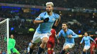 Striker Manchester City, Sergio Aguero berselebrasi usai mencetak gol ke gawang Liverpool pada pertandingan lanjutan Liga Inggris di stadion Etihad (3/1). City menang tipis atas Liverpool 2-1. (AP Photo/Jon Super)