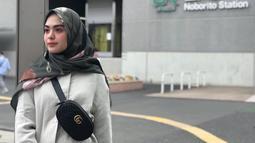 Tak hanya cantik, istri Razi Bawazier ini terbilang pandai memadupadankan busana. Ketika berlibur, Vebby Palwinta tampil dengan outfit yang kekinian. Kali ini ia tampil memesona dengan kemeja polos yang dipadukan dengan hijab motif. (Liputan6.com/IG/@vebbypalwinta)