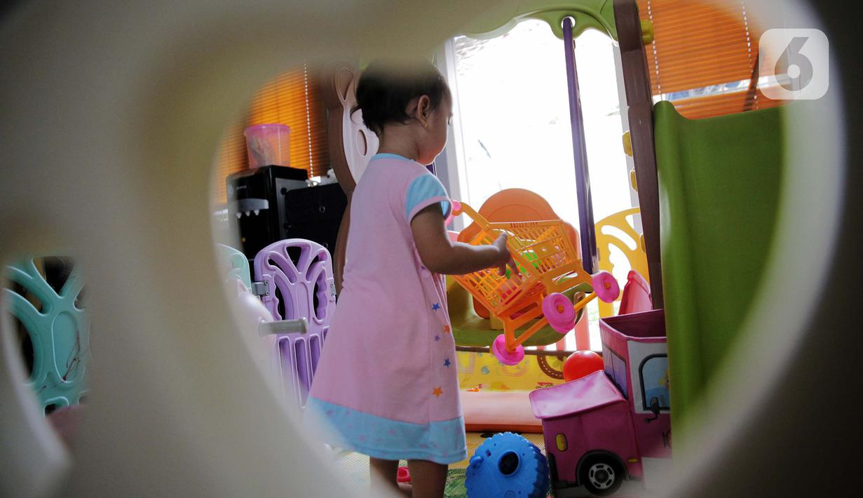 Seorang anak bermain di dalam rumah di Kawasan Jakarta, Minggu (29/3/2020). Aktivitas bermain di dalam rumah saat ini menjadi alternatif warga dalam mengurangi interaksi sosial sebagai upaya pencegahan penyebaran virus corona atau COVID-19. (Liputan6.com/Faizal Fanani)