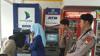 Antisipasi peristiwa skimming, Bank Sulselbar lakukan cek berkala ditemani polisi (Liputan6.com/ Eka Hakim)