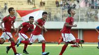 Para pemain Timnas U-19 merayakan gol saat mengalahkan Filipina 3-1 dalam laga uji coba di Stadion Maguwoharjo, Sleman, Jumat (19/8/2016). (Bola.com/Romi Syahputra)