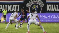 Gelandang Selangor FA, Evan Dimas, menghindari kepungan pemain Kuala Lumpur pada laga Liga Super Malaysia di Stadion Kuala Lumpur, Cheras, Minggu (4/2/2018). Kuala Lumpur FA kalah 0-2 dari Selangor FA. (Bola.com/Vitalis Yogi Trisna)