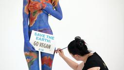"""Save the Earth, Go Vegan"" merupakan kampanye baru sebuah LSM di Sydney untuk Perlakuan Etis terhadap Hewan (PETA), (3/7/2014). (REUTERS/Jason Reed)"
