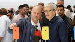 CEO Aplle Tim Cook dan Apple chief design officer Jonathan Ive melihat produk baru Apple di Apple Headquarters, Cupertino, California (12/9). Tiga iPhone terbaru Apple tersebut merupakan penerus dari iPhone X. (AP Photo/Marcio Jose Sanchez)