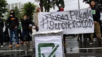 Puluhan orang yang tergabung Barisan Aksi (Barak) Pemuda dan Mahasiswa menggelar demonstrasi mendesak ditundanya Pilkada Serentak di depan Gedung Sate, Kota Bandung, Jumat (13/11/2020).