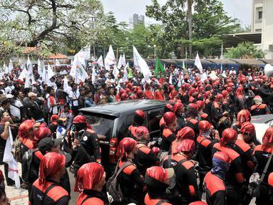 Sejumlah buruh dari beberapa organisasi berunjuk rasa di depan gedung Kementerian Ketenagakerjaan, Jakarta, Rabu (24/10). Mereka keberatan atas surat edaran Kemenaker terkait kenaikan  upah buruh 2019 sebesar 8,03 persen. (Merdeka.com/Iqbal S Nugroho)