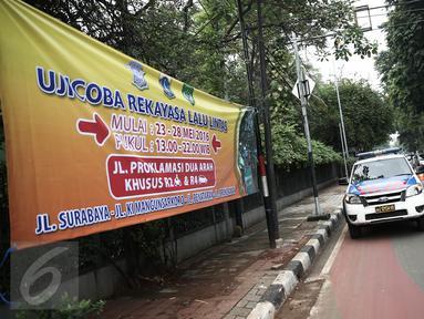 Petugas memasang pembatas jalan saat ujicoba rekayasa lalu-lintas di Jalan Tugu Proklamasi, Jakarta, Senin (23/5/2016). Rekayasa dilakukan mengingat banyak pelanggaran lalu lintas seperti lawan arus. (Liputan6.com/Faizal Fanani)