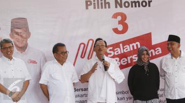 Ketua Badan Pemenangan Pemilu PAN DKI Johan Musyawa (tengah) menyampaikan kata sambutan saat hadir dalam deklarasi dukungan kepada Cagub dan Cawagub DKI Anies Baswedan - Sandiaga Uno di Jakarta, Rabu (22/2). (Liputan6.com/Immanuel Antonius)