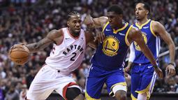 Pebasket Toronto Raptors, Kawhi Leonard, berusaha melewati pebasket Golden State Warriors, Kevon Looney, pada laga Final NBA di Scotiabank Arena, Toronto, Kamis (30/5). Raptors menang 118-109 atas Warriors. (AP/Frank Gunn)