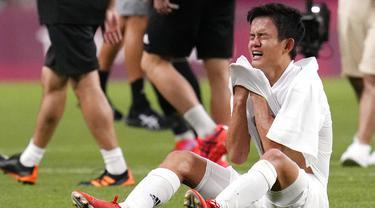 Takefusa Kubo menangis sejadi-jadinya usai Jepang ditaklukkan Meksiko dalam laga perebutan tempat ketiga cabor Sepak bola Olimpiade 2020. (Foto: AP/Gregory Bull)