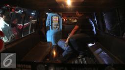 Pria tanpa identitas saat dibawa kedalam mobil oleh warga usai di tabrak bus PPD 213 di kawasan Matraman Raya, Jakarta, Kamis (20/8/2015). Menurut saksi pria tersebut nekat menyeberang melewati jalur busway. (Liputan6.com/Faizal Fanani)