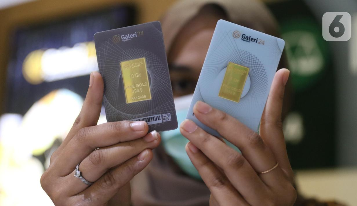 Pegawai menunjukkan emas batangan 24 karat di gerai Galeri 24, kawasan Kebayoran Baru, Jakarta, Kamis (5/8/2021). Harga emas yang dijual PT Aneka Tambang Tbk dijual lebih murah Rp 2.000 per gram pada hari ini ke posisi Rp 941 ribu per gram. (Liputan6.com/Angga Yuniar)