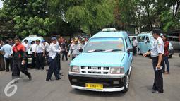 Suasana saat operasi uji kelengkapan surat kendaraan angkutan umum di Terminal Pasar Minggu, Senin (26/10/2015). Kegiatan ini untuk meningkatkan kapasitas pelayanan terhadap angkutan umum. (Liputan6.com/Gempur M Surya)
