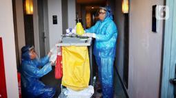 Petugas bersiap melakukan pembersihan kamar yang akan ditempati sementara oleh tenaga medis  di Hotel Pakons Prime, Tangerang, Kamis (7/5/2020). Pemerintah Kota Tangerang menyiapkan hotel tersebut untuk memfasiltasi tenaga medis penanganan Covid-19 di wilayah Tangerang. (Liputan6.com/Angga Yuniar)