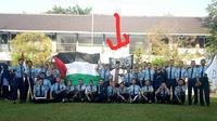 Foto yang menggambarkan sejumlah siswa dan guru di SMKN 2 Sragen tengah membentangkan bendera Palestina dan bendera hitam yang identik dengan Hizbut Tahrir Indonesia (HTI) viral di media sosial. (Solopos/ Endro Supriyadi)