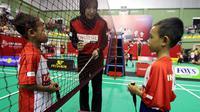 Pemberian instruksi pertandingan oleh wasit kepada dua peserta Audisi Umum Djarum Beasiswa Bulutangkis 2019, Minggu (28/7/2019), di GOR KONI, Bandung. (Humas Audisi Umum)