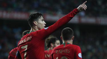 Penyerang Portugal, Cristiano Ronaldo berselebrasi usai mencetak gol ke gawang Lithuania pada pertandingan Grup B Kualifikasi Piala Eropa 2020 di stadion Algarve di luar Faro, Portugal (14/11/2019). Ronaldo mencetak Hattrick dipertandingan ini dan mengantar Portugal menang 6-0. (AP Photo/Armando Fra