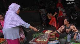 Pedagang melayani seorang pembeli di Pasar Kebayoran Lama, Jakarta, Selasa (3/4). Badan Pusat Statistik juga mencatat inflasi tahun ke tahun (year on year) mencapai 3,4 persen. (Liputan6.com/Angga Yuniar)