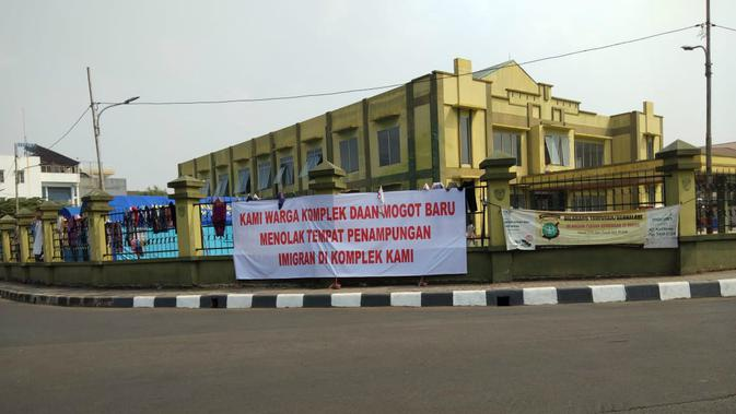 Spanduk penolakan keberadaan pencari suaka di Perumahan Daan Mogot Baru, Kelurahan Kalideres, Jakarta Barat, (Minggu 14/7/2019). (/ Ady Anugrahadi)