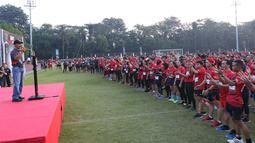 Wadanjen Kopassus Brigjen TNI Richard Tampubolon memberi sambutan saat membuka Komando Warriors di Cijantung, Jakarta, Minggu (6/5). Komando Warriors meliputi lari total 5 km, cross speed, serta melintasi aral lintang. (Liputan6.com/Angga Yuniar)