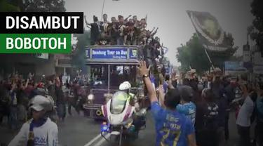 Berita video momen skuat Persib Bandung U-19 disambut puluhan ribu Bobotoh di Bandung, Jawa Barat.