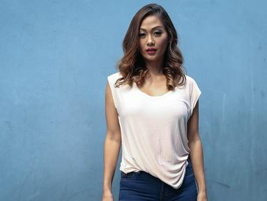 Model dan aktris, Indah Kalalo saat ditemui di kawasan Tandean, Jakarta, Rabu (17/10). Wajah eksotis Indah Kalalo akhir-akhir ini sudah jarang terlihat di layar kaca. Setelah menikah, ia memilih untuk tinggal di Bali. (Liputan6.com/Faizal Fanani)