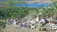 Refuse Derived Fuel (RDF), sebuah fasilitas pengubah sampah jadi material pengganti batu bara, di Tritih Lor, Cilacap, Jawa Tengah nampak di kejauhan dari TPS Tritih Lor. (Foto: Liputan6.com/Muhamad Ridlo)