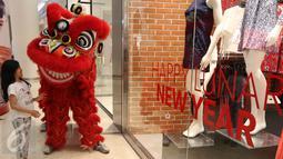 """Seorang anak menghampiri barongsai di Senayan City, Jakarta, Jumat (5/2/2016). Senayan City menyambut perayaan Tahun Baru Cina (Imlek) dengan tema Lunar New Year """"Oriental Red"""". (Liputan6.com/Herman Zakharia)"""