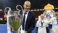 Zidane dan trofi Liga Champions 2017 usai kalahkan Juventus pada final di The Principality Stadium, Cardiff, (3/6/2017). Zinedine Zidane mundur dari kursi pelatih Madrid setelah meraih trofi Liga Champions tiga kali. (AFP/Filippo Monteforte)