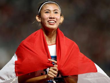 Pelari Indonesia, Emilia Nova, melakukan selebrasi usai berlaga pada nomor 100 meter lari gawang Asian Games di SUGBK, Jakarta, Minggu (26/8/2018). Emilia Nova menyabet medali perak setelah membukukan waktu 13,33 detik. (Bola.com/Peksi Cahyo)