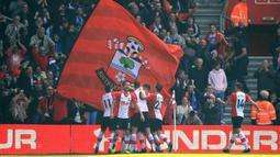 Para pemain Southampton merayakan gol Jan Bednarek ke gawang Chelsea pada lanjutan Premier League di St Mary's Stadium, Southampton, (14/4/2018). Chelsea menang 3-2. (Adam Davy/PA via AP)