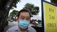 Manajer hotel di Penang, Malaysia, rela turun ke jalan untuk membantu perusahaannya dan karyawan agar bisa bertahan dari Covid-19 (dok. YouTube/Bernama Official)