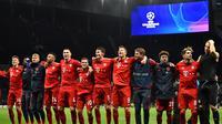 Para pemain Bayern Munchen merayakan kemenangan atas Tottenham pada laga Liga Champions di Stadion Tottenham, London, Selasa (1/10). Tottenham kalah 2-7 dari Munchen. (AFP/Glyn Kirk)