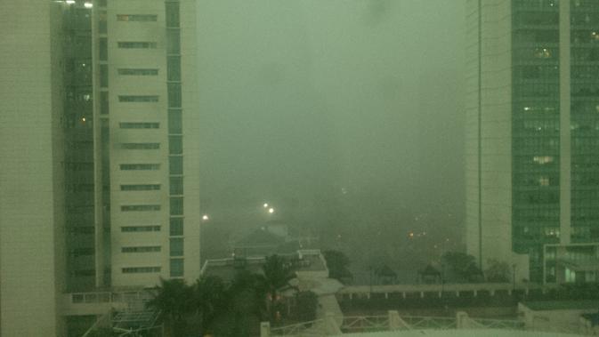 Hujan deras dan kilatan petir melanda Jakarta, Senin (23/5/2016) sore. (Liputan6.com/Andri)