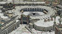 Pemandangan Masjidil Haram saat dipenuhi oleh umat muslim yang sedang melaksanakan ibadah haji di Makkah, Arab Saudi, Senin (12/8/2019). Saat musim haji, Masjidil Haram dapat dipenuhi oleh jutaan jemaah dari penjuru dunia. (FETHI BELAID/AFP)