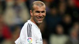 2. Zinedine Zidane – Legenda Prancis ini merupakan pemain tengah terbaik yang pernah ada di dunia. Pelatih Real Madrid saat itu pernah merasakan banyak gelar mulai juara Piala Dunia, Liga Champions dan La Liga. (AFP/Philippe Desmazes)