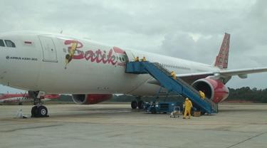 Pesawat Airbus 330-300CEO registrasi PK-LDY Batik Air berada di Batam setelah mendarat dari Wuhan. (Dok Lion Air Group)