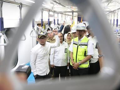Menaker Hanif Dhakiri didampingi Direktur Utama PT MRT William Sabandar menjajal MRT dari Stasiun Bundaran HI, Jakarta, Senin (25/2). Hanif mencoba MRT untuk melihat progres pengoperasian yang sudah mencapai 99%. (Liputan6.com/Angga Yuniar)